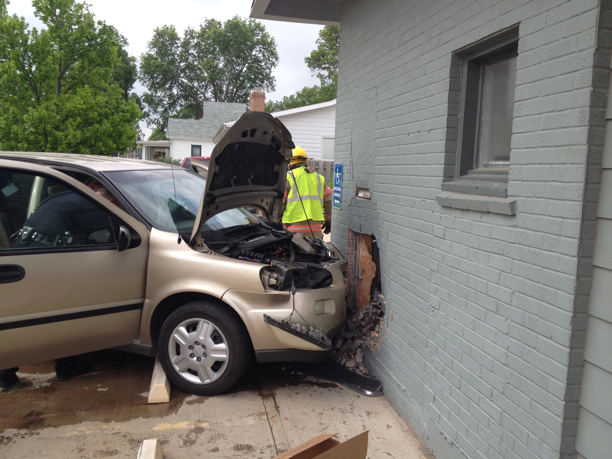 Van Rams Into Salina Business